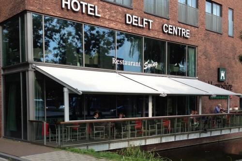 Horeca terras met textiele overkapping in Delft.
